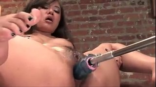 Annie-Cruz-masturbating-while-is-fucked-by-a-machine-and-squirts